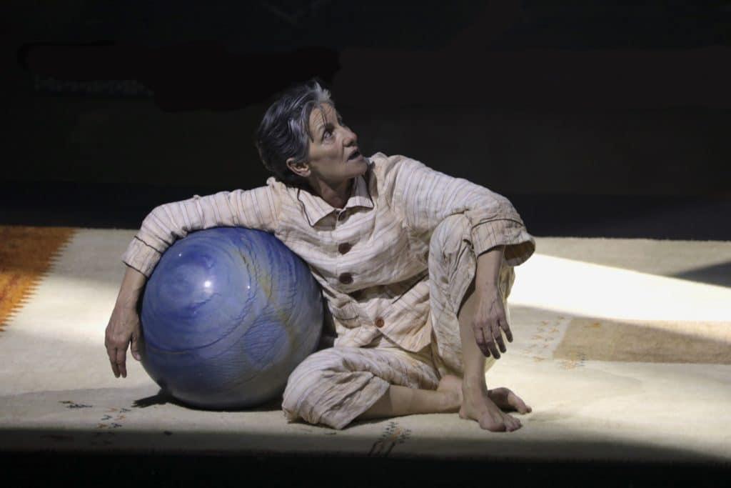 Cássia Kisencena texto deManoel de Barros em'Meu Quintal é Maior do que o Mundo'