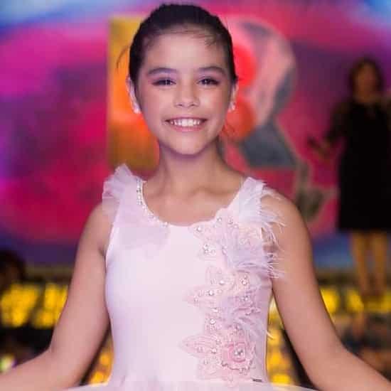 Giovanna brilhante no Show de Talentos do Cine Estrelas