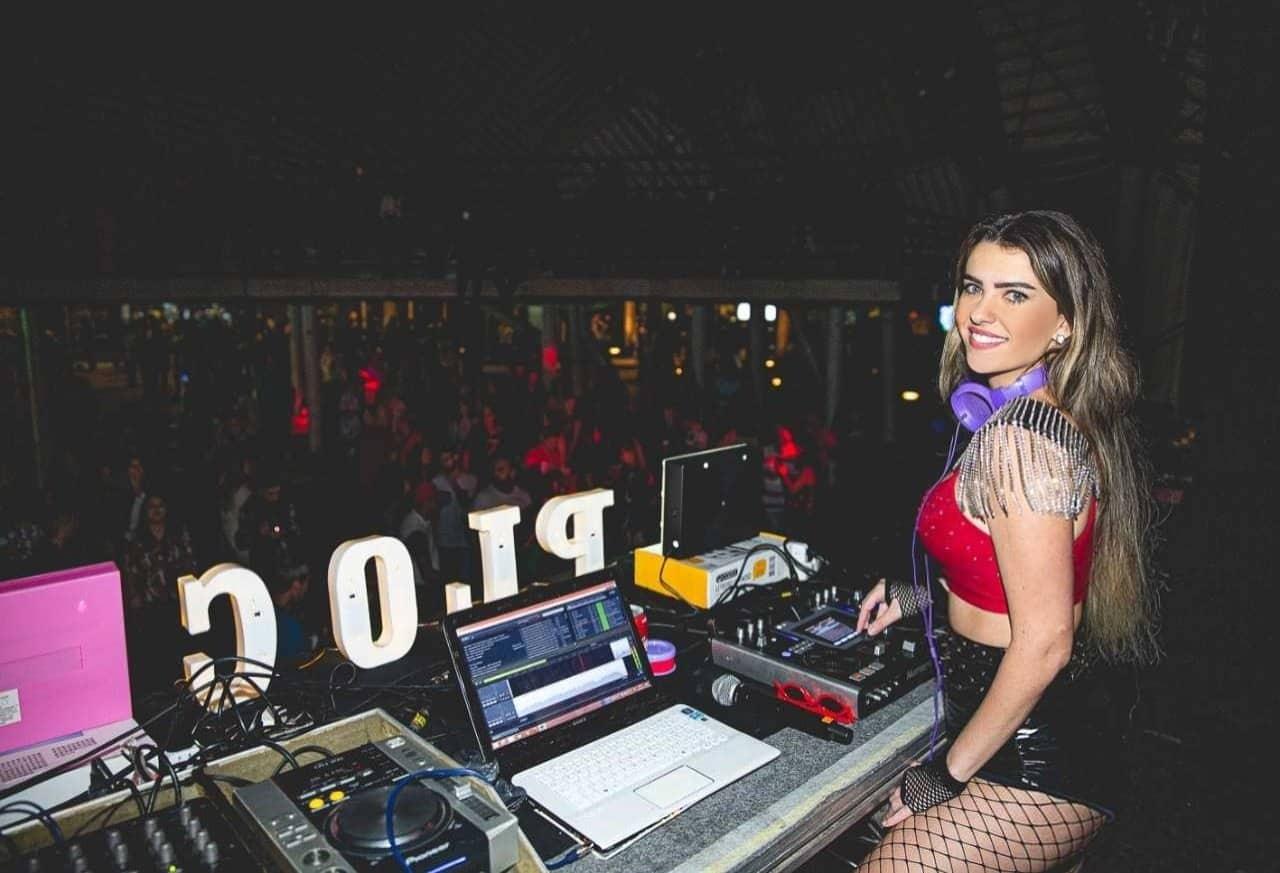 DJ Menina Veneno, da Festa Ploc, lança playlist especial para o Dia dos Namorados