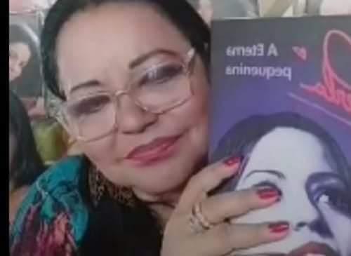 Sem shows, Perla a eterna pequenina, faz lives e lança livro biográfico'