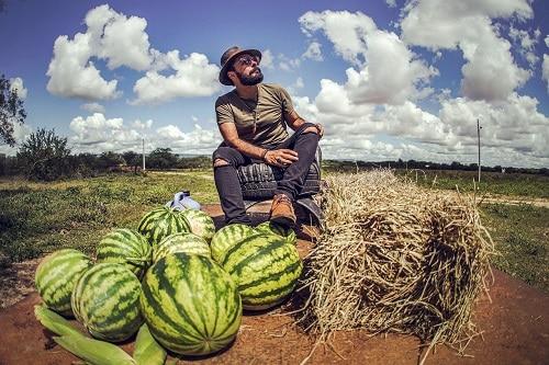 Charles theone está lançando o single FORRÓ COLORIDO junto com um doc clipe rodados no sertão de Pernambuco.