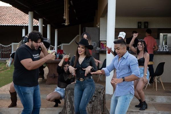 """Mistura de funk, forró e piseiro Matheus Lima libera clipe de """"Novinha Dança"""""""